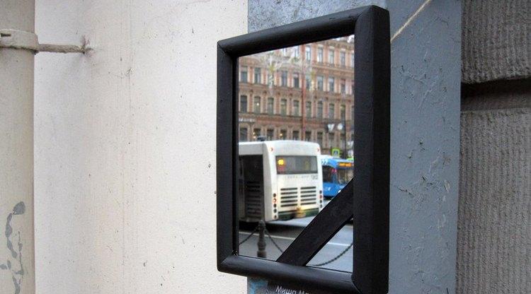 Зеркало с траурной рамкой на Невском проспекте сняли дворники