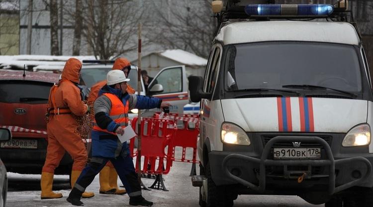 Прорыв трубы на Васильевском острове пообещали устранить к вечеру