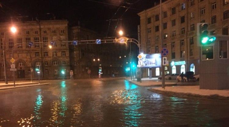 Из-за прорыва трубы на Светлановской площади демонтировали светофор