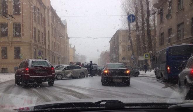 Массовая авария блокировала движение по Лермонтовскому проспекту