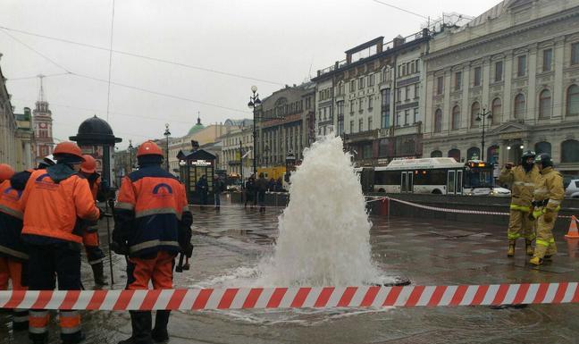 У Гостиного двора забил фонтан холодной воды