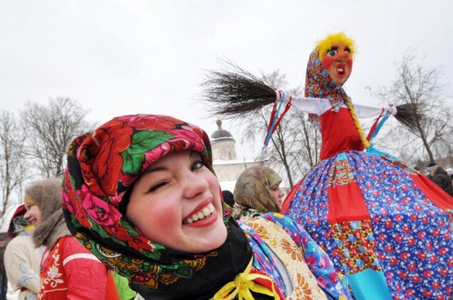 Карусели и прыжки через костер: масленица в Петербурге 2016
